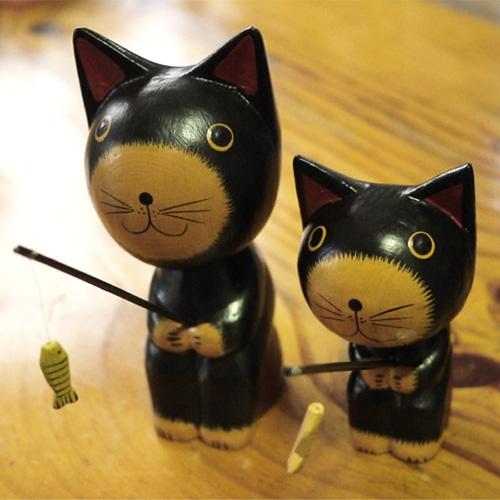 낚시하는 닮은꼴 고양이 형제